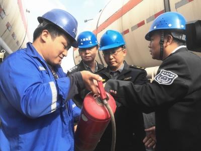 镇江新区开展危化品运输车辆安全联合检查