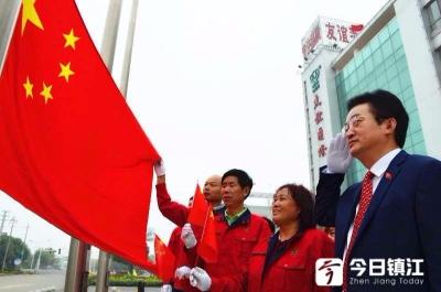 陈吕荣坚持27年国庆升旗不间断