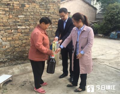 镇江农商银行开展全国扶贫日走访慰问活动