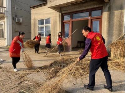 全国扶贫日,扬中志愿者为贫困户打扫卫生