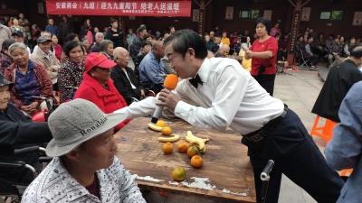 志愿者进社区送温暖 陪伴老人共度重阳节