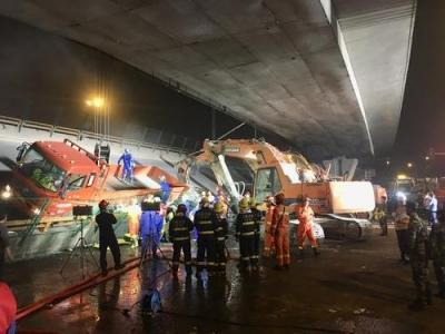 无锡跨桥侧翻事故已致3死2伤 初步认定系车辆超载所致