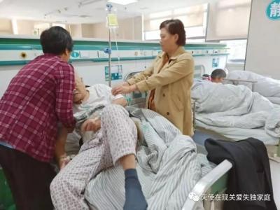 镇江八旬失独老人昏迷,志愿者接力照顾和陪伴