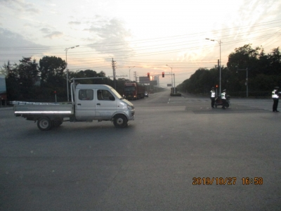 视频 | 电动车无视交规闯红灯  小货车180度漂移紧急避让