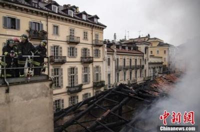意大利世遗建筑发生火灾 三百年古迹屋顶被烧坍塌