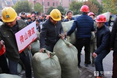 """旧衣回收后变成""""大礼包"""" 镇江建筑工人收到温暖冬衣"""