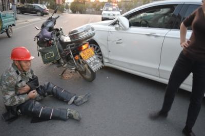 掉头疏于观察  小轿车与摩托车相撞