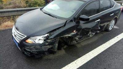 高速上司机边开车边用手机,车轮掉落后竟然继续行驶百米