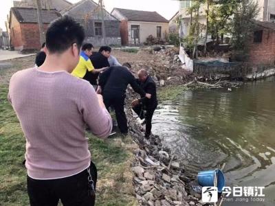 镇江新区一老人落水 恰逢路过民警及时救助