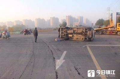 视频 | 句容市郭庄镇一路口处,两小车相撞,一车被撞翻