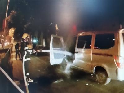 凌晨路边汽车自燃  消防和民警及时处置(视频)