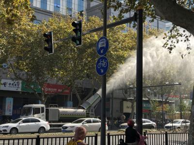 """像雾像雨又像风? 雾炮车勤快""""出街"""",市民有赞有弹"""