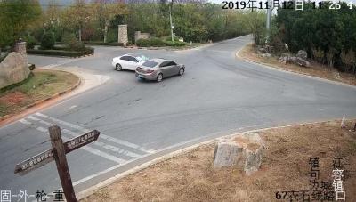 未注意观察让行   两轿车在小区门前路口相撞