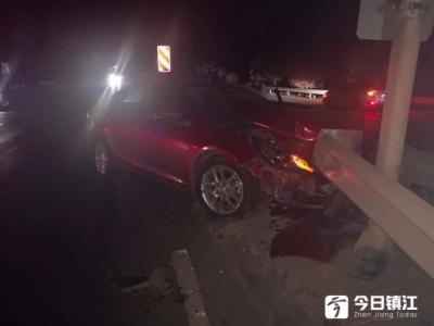 货车马路上原地掉头 轿车向左避让撞上护栏