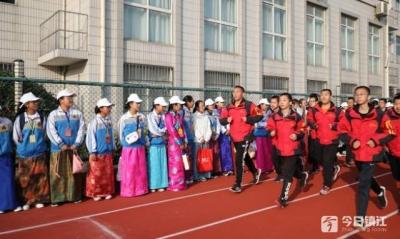 拉萨研学团师生走进镇江实验学校 观摩大课间活动