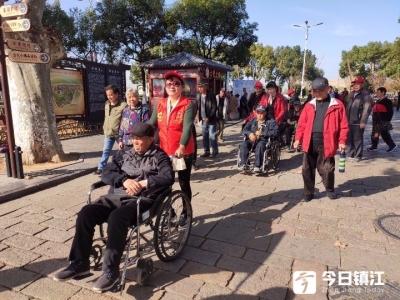 秋日出游,志愿者与残疾朋友阳光下同行
