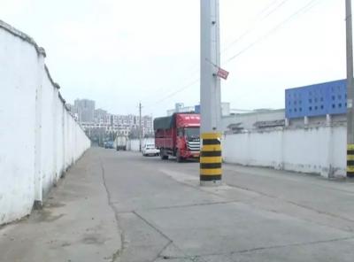 一根电线杆杵在路中央影响安全出行 丹阳供电部门将研究解决方案