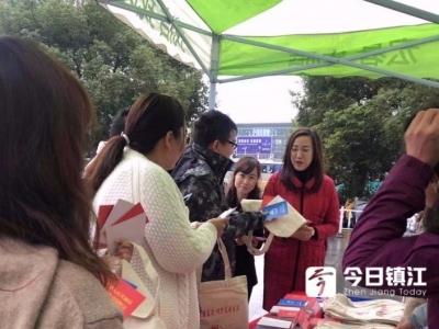 """该怎样向家庭暴力说""""不""""?镇江市妇联开展广场反家暴宣传活动"""
