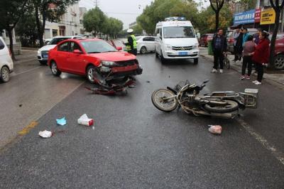 视频 | 小轿车转弯观察不细  摩托车避让不及被撞