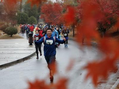 镇江首个国际越野跑协会认证赛事开跑 800多选手南山激情越野