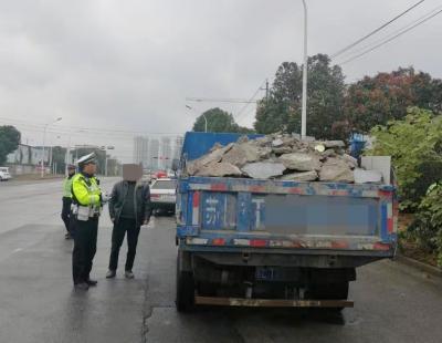 新区交警持续整治货车超载违法行为