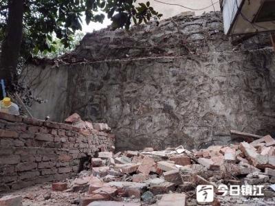 东岳巷一小区护坡上的围墙倒塌,安全隐患谁来管?