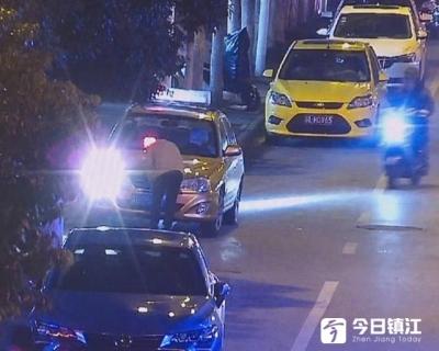 """出租车违停怕被拍 遮挡号牌却被""""视频警察""""抓个正着"""