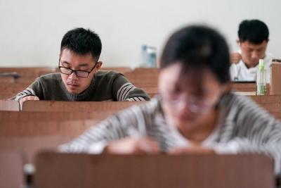 镇江今年助学总投入7565万元  不让一个学生因为贫困辍学!