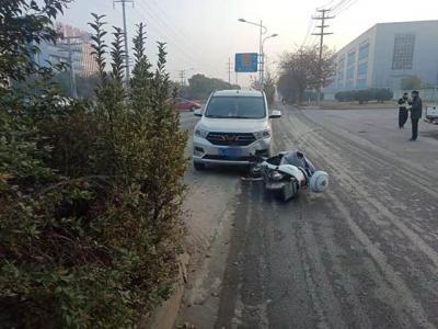 视频 |原本是普通的交通事故,电动车骑手接下来的举动看呆了路人和警察