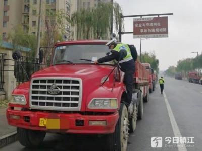 镇江新区交警开展机动车辆违停专项整治行动