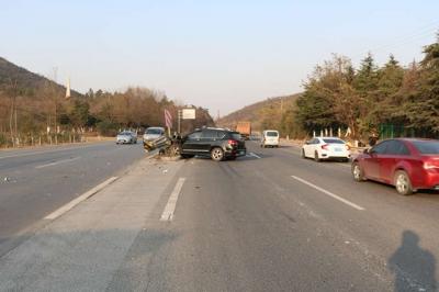 视频 | 疲劳驾驶 小轿车撞护栏至车内3人受伤