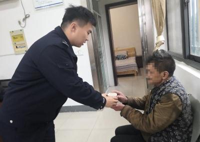 老人迷路离家30公里  警民暖心助其回家