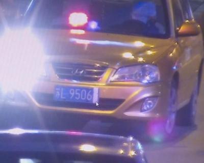 """出租车违停怕被拍 遮挡号牌被""""视频警察""""抓个正着"""