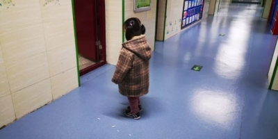 """4岁女孩教室门口""""罚站""""?!背后故事让人心疼"""
