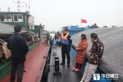 """长江春运发生""""江堵"""" 2600多艘船滞留"""