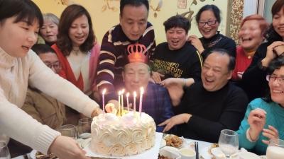八年爱心接力为80岁失独老人庆生,四批十几位儿女一直在身边
