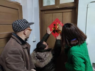 过小年了,志愿者上门为捐献遗体成功者家属包饺子、贴春联