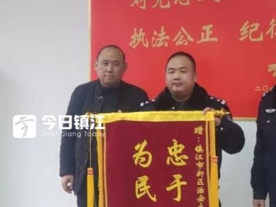 镇江新区民警帮助讨薪280余万元 农民工赠送多面锦旗表达谢意
