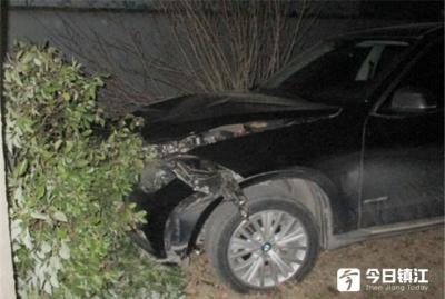 女子驾车撞上路边大树 只为扶一下副驾驶上的手提包