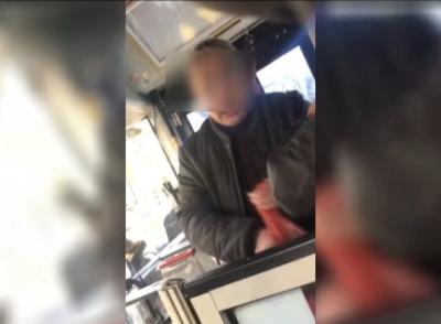 公交司机被疑似精神病男子殴打不还手  车队为其申报委屈奖