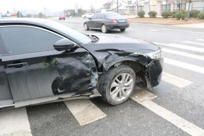 撞翻了!一车并线太随意  一车遇危险不减速