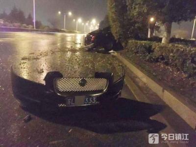 打的什么算盘?风雨夜轿车撞树散架 驾驶员报警后回家