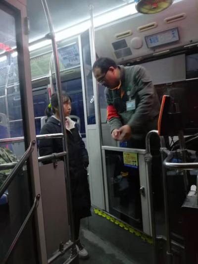 12岁少女搭错车有家难归  多亏公交热心人接力送回