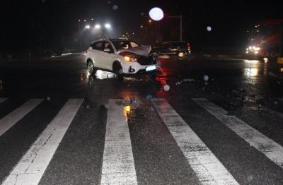 临时号牌小货车闯红灯过路口引发事故