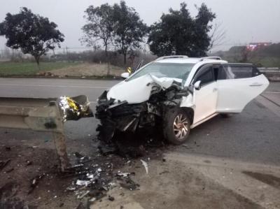 司机清晨驾车速度过快 轿车撞上护栏接近报废
