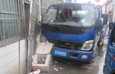 货车司机一时紧张油门当刹车 连撞路边货车、防盗门和水池