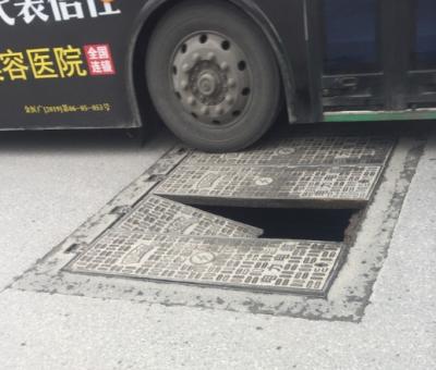 """大西路窨井盖破损遭网友""""吐槽""""  相关部门当天就修好"""