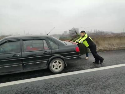 车辆抛锚堵在匝道,民警上演推车大戏