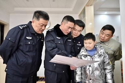 """延续了五年的约定 小君浩和""""交警爸爸""""互送新春礼物"""