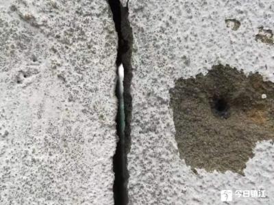 """令人担忧!镇江运河路人行道旁一空地围墙开裂成""""危墙"""""""